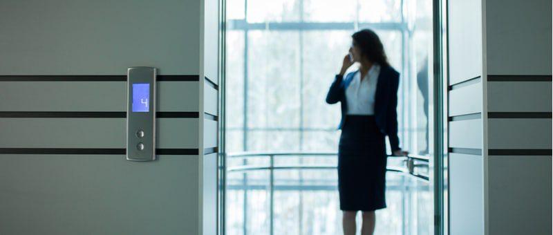 אישה בפלאפון במעלית- תמונה מאמר